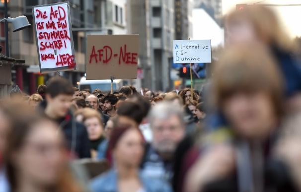 Manifestantes en Berlín contra la política de recepción de refugiados