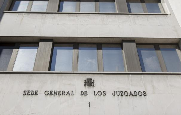 Los vigilantes con pistola de las sedes judiciales de Madrid llevan más de un año prestando servicio sin estar armados