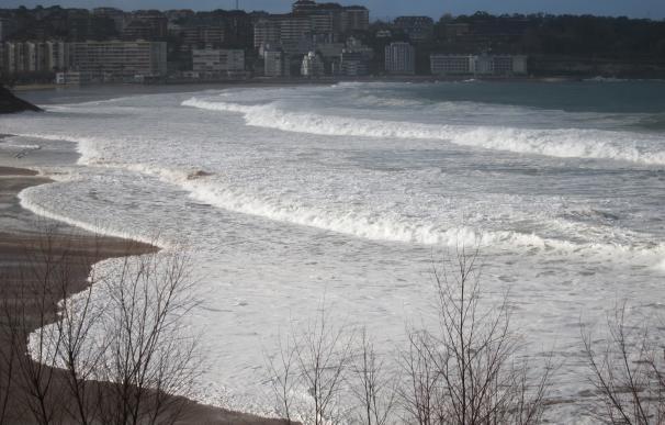 Protección Civil alerta al Cantábrico por fuertes vientos en las costas y por olas de hasta 6 metros por la tarde