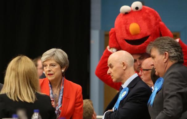 Theresa May con Elmo