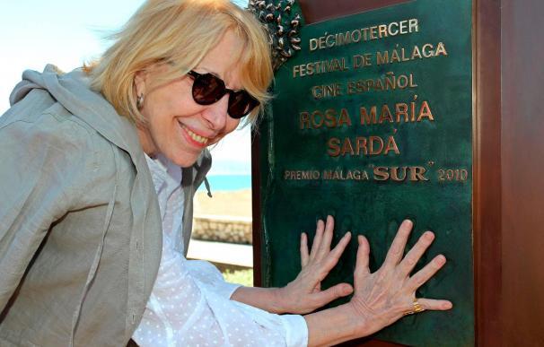 Rosa María Sardá descubre un monolito en Málaga que recuerda toda su carrera