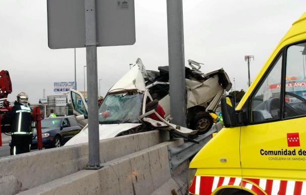 Un muerto y un herido en la A-6 al volcar una furgoneta