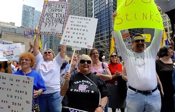 """""""B.O [Barack Obama] apesta"""", reza una de las pancartas de esta manifestación del Tea Party (imagen: EFE / TANNEN MAURY)"""