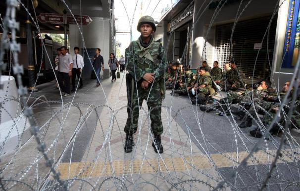 Soldados armados ocupan el distrito financiero de Bangkok para protegerlo