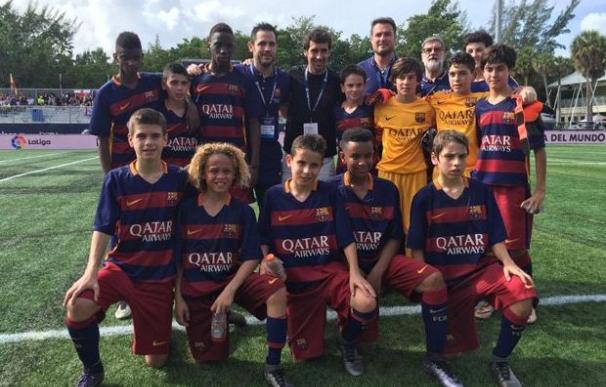 El Barcelona rectifica y sus alevines se hacen una foto con Raúl.