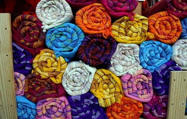 Telas indias coloridas enrolladas en una fábrica (imagen de archivo)