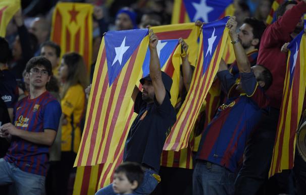 "Barcelona's fans wave ""esteladas"" (pro-independenc"