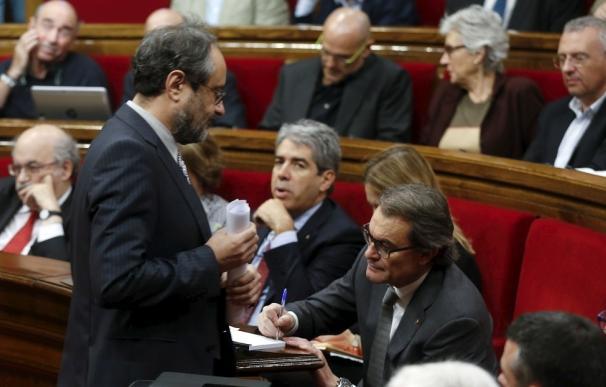 El líder de la CUP, Antonio Baños, pasa ante Mas en la sesión de investidura, en noviembre.