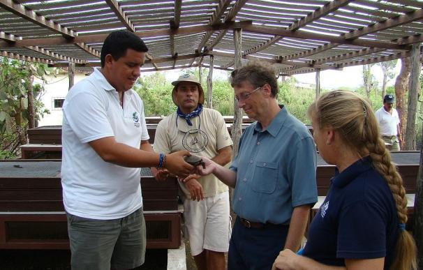 Bill Gates visita el centro de reproducción de tortugas gigantes en las Islas Galápagos