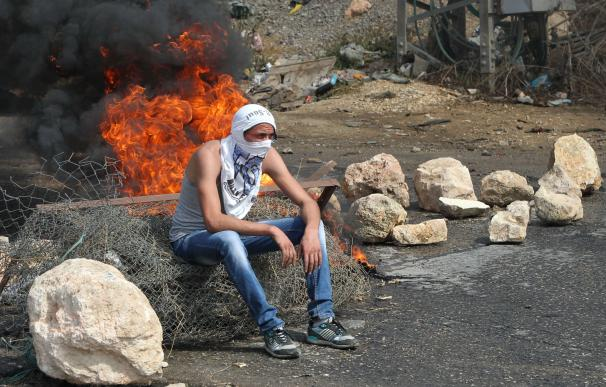 Dos palestinos abatidos a tiros tras embestir con sus coches a soldados israelíes