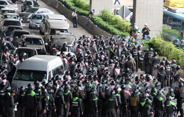 Un muerto y 18 heridos en enfrentamientos entre las tropas y camisas rojas