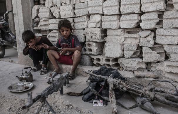 Varios niños en medio de la guerra en Siria /AFP