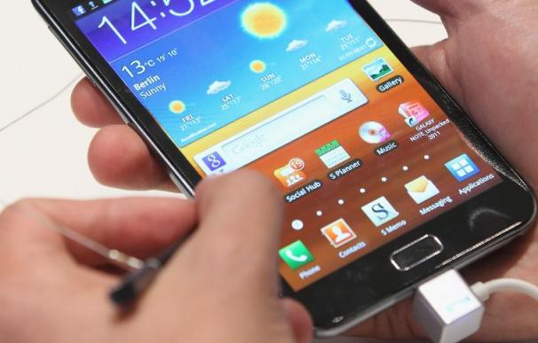 (FILE PHOTO) Samsung Overtakes Apple As Leading Smart-Phone Supplier