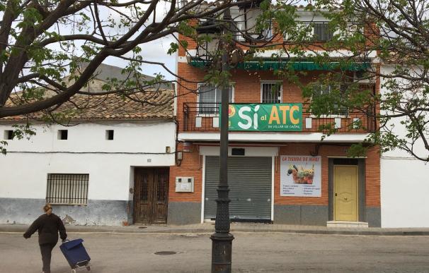 En Villar de Cañas varias viviendas lucen carteles a favor de la construcción del almacén nuclear.
