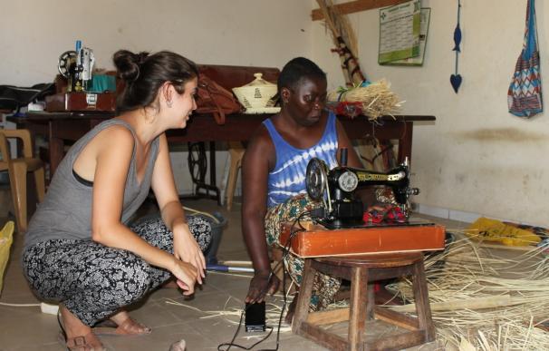 Una estudiante de la UJI trabaja en adaptar una máquina de coser para mujeres con discapacidad motora de Senegal