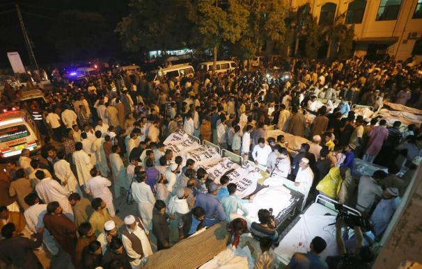 Un ataque suicida deja 54 muertos y 88 heridos en la frontera de Pakistán con India