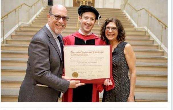 Zuckerberg se gradúa en Harvard doce años después de dejar la universidad