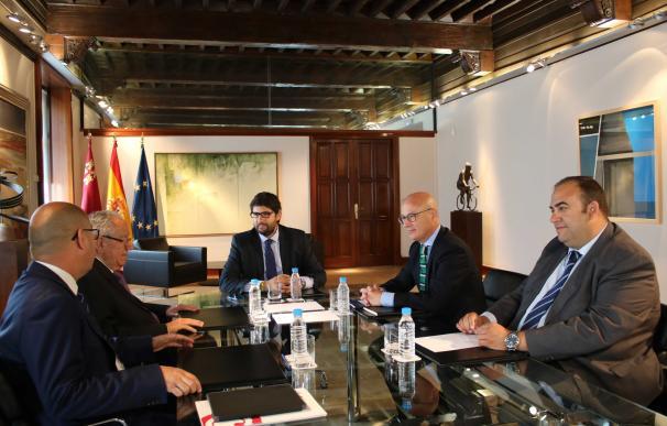 """López Miras apuesta por dinamizar el papel de las cámaras de comercio como """"puntal"""" del crecimiento económico"""