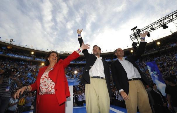 Rita Barberá, Mariano Rajoy y Francisco Camps en la Plaza de Toros de Valencia en mayo de 2011 (AFP)