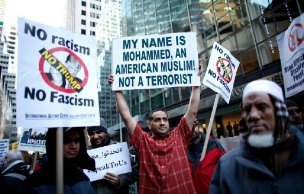 Un grupo de musulmanes participan en una manifestación frente a la 'Trump Tower' de Nueva York, el 20 de diciembre de 2015 (AFP)
