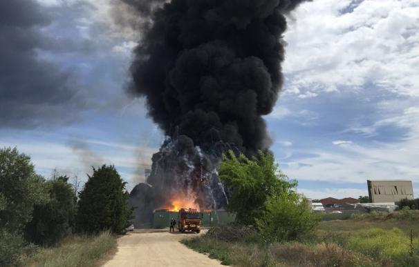 Resumen: Un incendio en Arganda deja 15 heridos, cinco centros educativos desalojados y 80 bomberos combatiendo el fuego