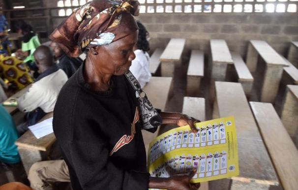 Una mujer vota en la República Centroafricana / AFP