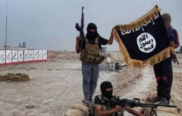 Milicianos de Estado Islámico ondean una bandera negra /AFP