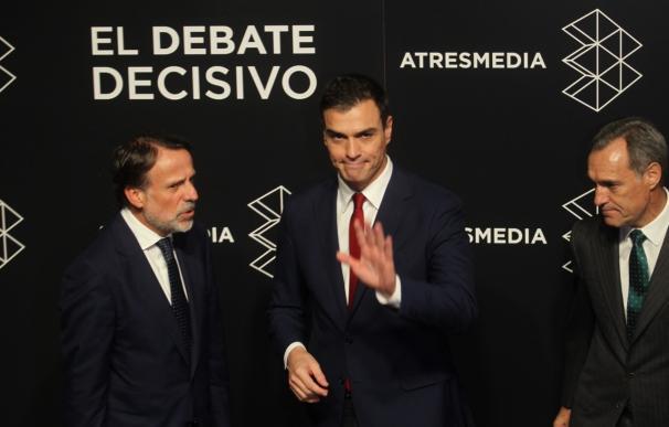 Pedro Sánchez a su llegada al debate en Atresmedia (Foto: José González)