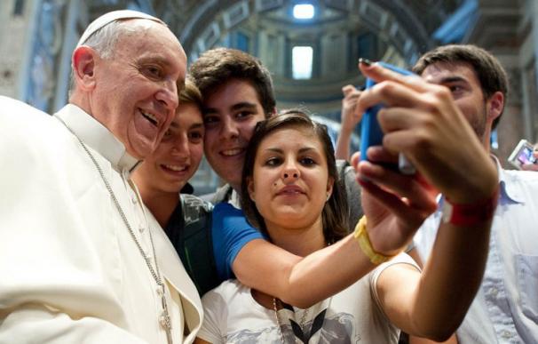Francisco con jóvenes italianos posando para un selfie sin precedente (L'Osservatore Romano).