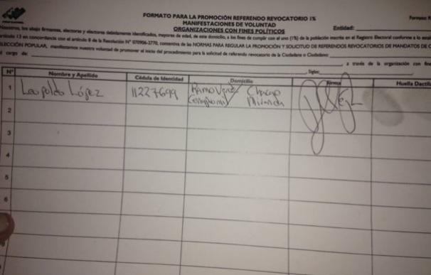 Leopoldo López firma desde la cárcel el revocatorio contra Maduro