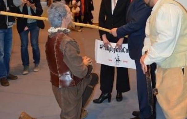 Dos alcalaínos llevan a 'Don Quijote' a Bruselas para recoger firmas en apoyo de la cultura europea