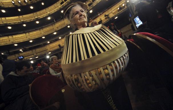 Una mujer que acudió caracterizada de Bombo de Lotería (Foto: José González)