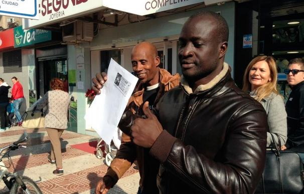 El hombre senegalés muestra su décimo en Roquetas de Mar (Cortesía: El Ideal)