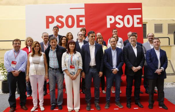 Pedro Sánchez acompañado de los barones regionales del PSOE
