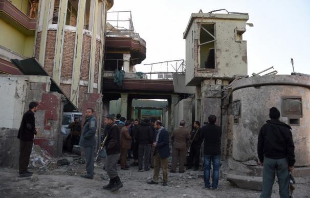 Muere un segundo policía en el atentado junto a la embajada de Kabul