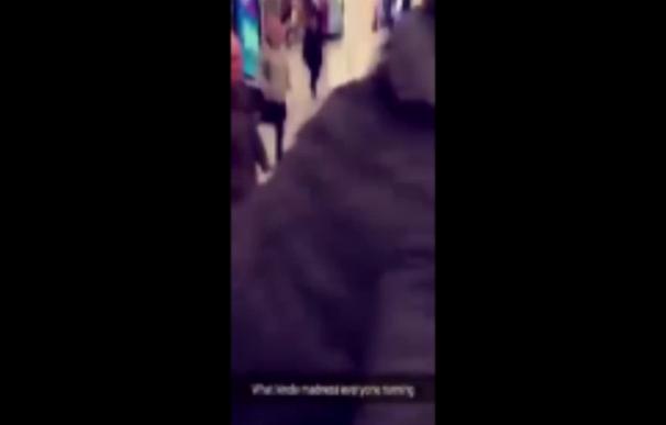 Vídeo de personas huyendo de un hombre con un machete en un centro comercial en Londres