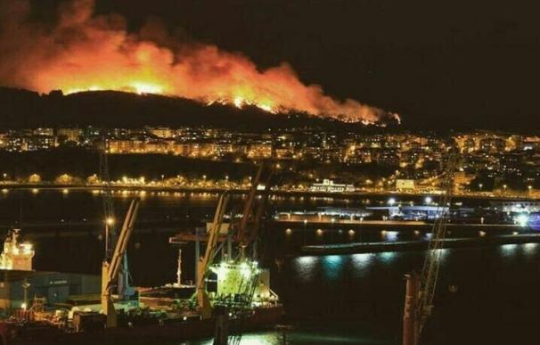 """La labores de extinción del incendio de Berango avanzan """"a buen ritmo"""" y el fuego ya está controlado"""