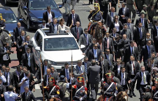 Macri y su esposa, en descapotable por la Avenida de Mayo