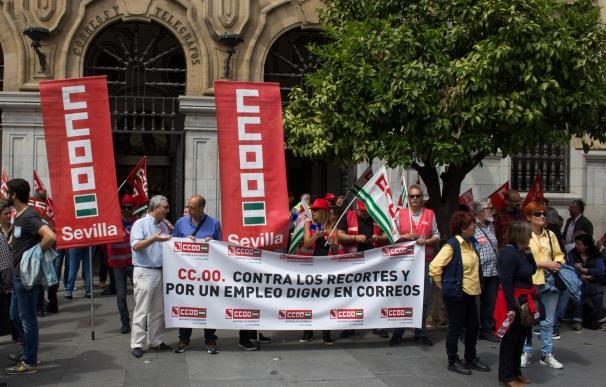 Medio millar de trabajadores andaluces de Correos protestan en Sevilla contra los recortes de empleo y los 'minijobs'