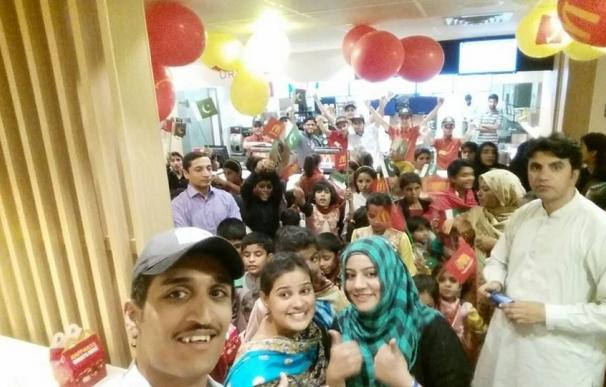 Los talibán se burlan de la comida de McDonald's tras la apertura del primer restaurante en Quetta