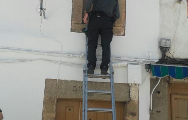La Guardia Civil rescata a una anciana de 88 años del interior de su vivienda en Montehermoso