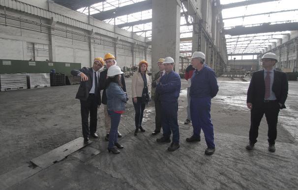 La alcaldesa visita la empresa Peninsular del Latón, en apoyo al sector industrial local