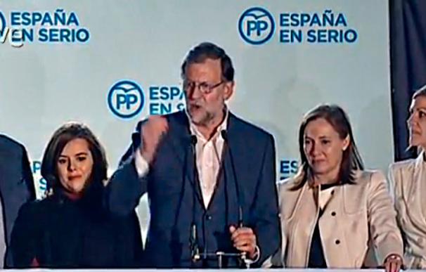 Mariano Rajoy ha salido al balcón de Génova junto a su esposa y sus más cercanos apoyos