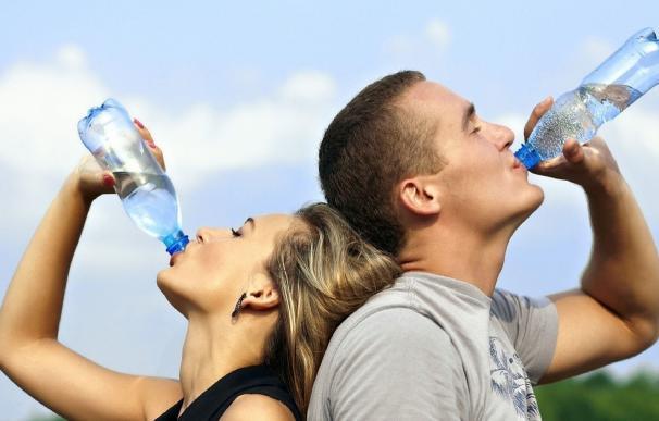"""Un estudio evidencia que España está """"muy lejos"""" de cumplir las recomendaciones europeas sobre la ingesta diaria de agua"""