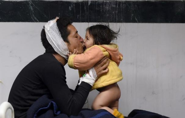 Un superviviente del terremoto de Nepal junto a una niña