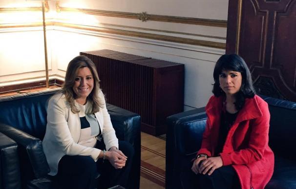 La presidenta en funciones de la Junta, Susana Díaz, con la candidata de Podemos, Teresa Rodríguez, el jueves.