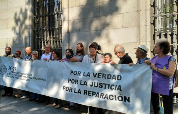 Ascensión López, la supuesta bebé robada condenada, entrega más de 30.000 firmas para pedir su indulto