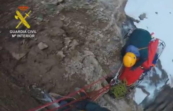 Fotograma del vídeo grabado por la Guardia Civil del rescate de los montañeros.
