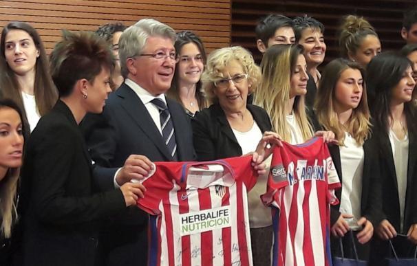 """Carmena dice que las jugadoras del Atlético de Madrid Femenino son """"todo un ejemplo"""" para las futuras generaciones"""