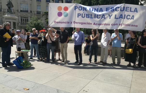 Más de 50 colectivos concentrados frente al Congreso piden la religión fuera de la escuela y del Pacto Educativo